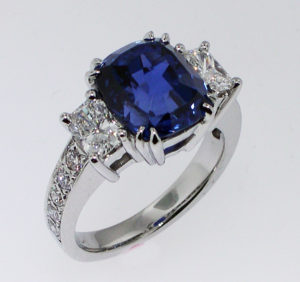 Cushion Sapphire engraved Ring 18kw